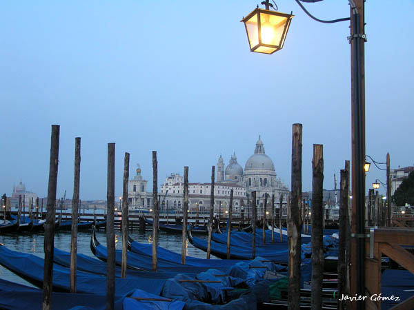 Gondolas en Venecia al amanecer