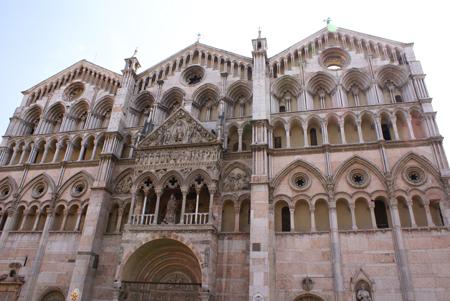 Fachada del Duomo de Ferrara (Italia)
