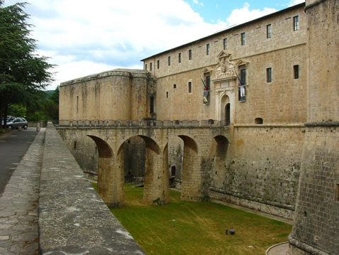 Museo de Abruzzo, castillo con tintes españoles