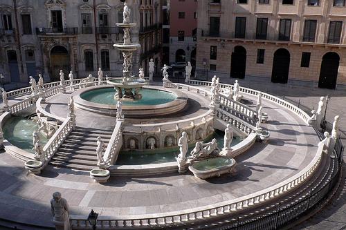 La Plaza Pretoria y su fuente, en Palermo