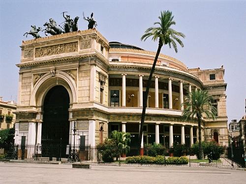 El Teatro Politeama en la ciudad de Palermo